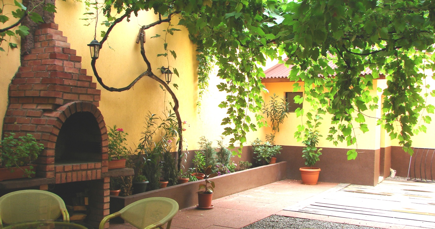 transylvania hostel garden